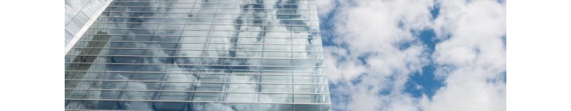 Небо отражается в современном здании